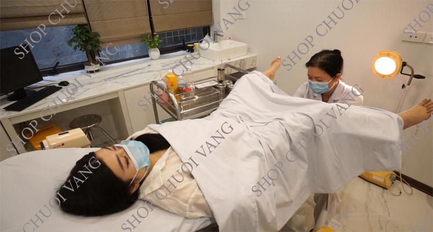 Đến cơ sở y tế để lấy bao cao su ra khỏi âm đạo